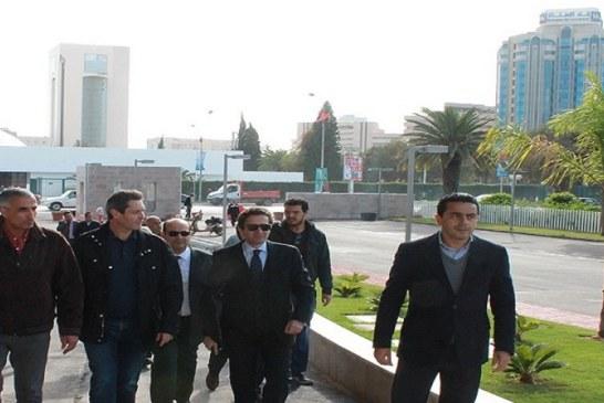 محمد الفاضل عبد الكافي و رياض المؤخر يطلعان على فضاء الندوة الدولية للاستثمار (تونس 2020)