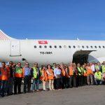 الرئيس المدير العام للخطوط التونسية يشارك عملة الخدمات الأرضية حمل امتعة المسافرين تحسيسا بأهمية دورهم