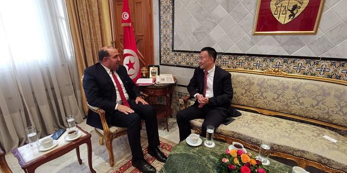 نائب رئيس شركة هواوي يلتقي رئيس الجمهورية ومجموعة من الوزراء في تونس